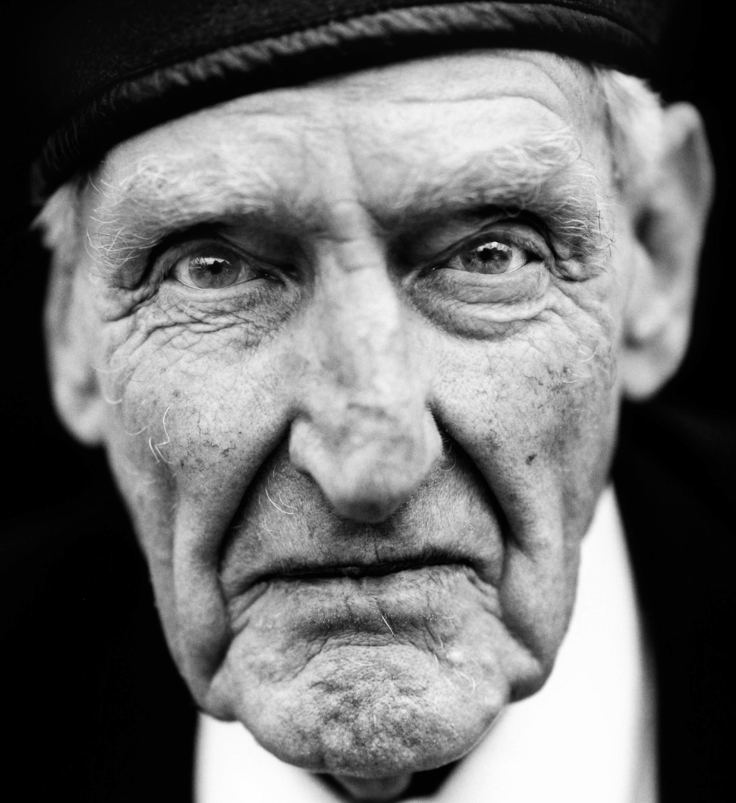 """Victor Wilmot (United Kingdom, 1920). Interview outtake: """"I was transferred to the occupation force in Berlin. (…) You saw people foraging in rubbish bins looking for food. We traded food with them. We would give them, say, chocolate, and they would give us a watch in return."""""""